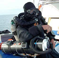 O mergulhador francês Cedric Verdier, recordista mundial de profundidade, usando um Megaldon CCR como equipamento principal e um BOB – Bail Out Rebreather clipado para bail out. Fonte: Considering a Bail-out Rebreather, in Rebreather World.