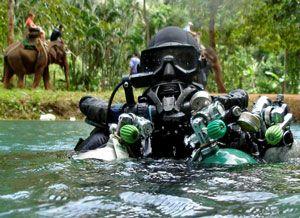 O mergulhador britânico Mike Gadd preparado com uma FFM KMB 48 para a execução de um mergulho extremo na caverna Sra Keow na Tailândia - Fonte: Rebreather World