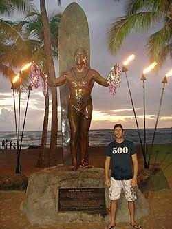 Yan ao lado da estátua do lendário surfista Duke Kahanamoku em Waikiki