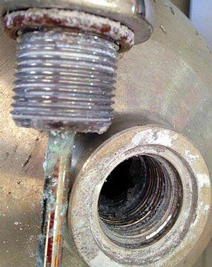 Óxido de alumínio da rosca de uma torneira
